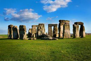 summer school in UK students visit Stonehenge